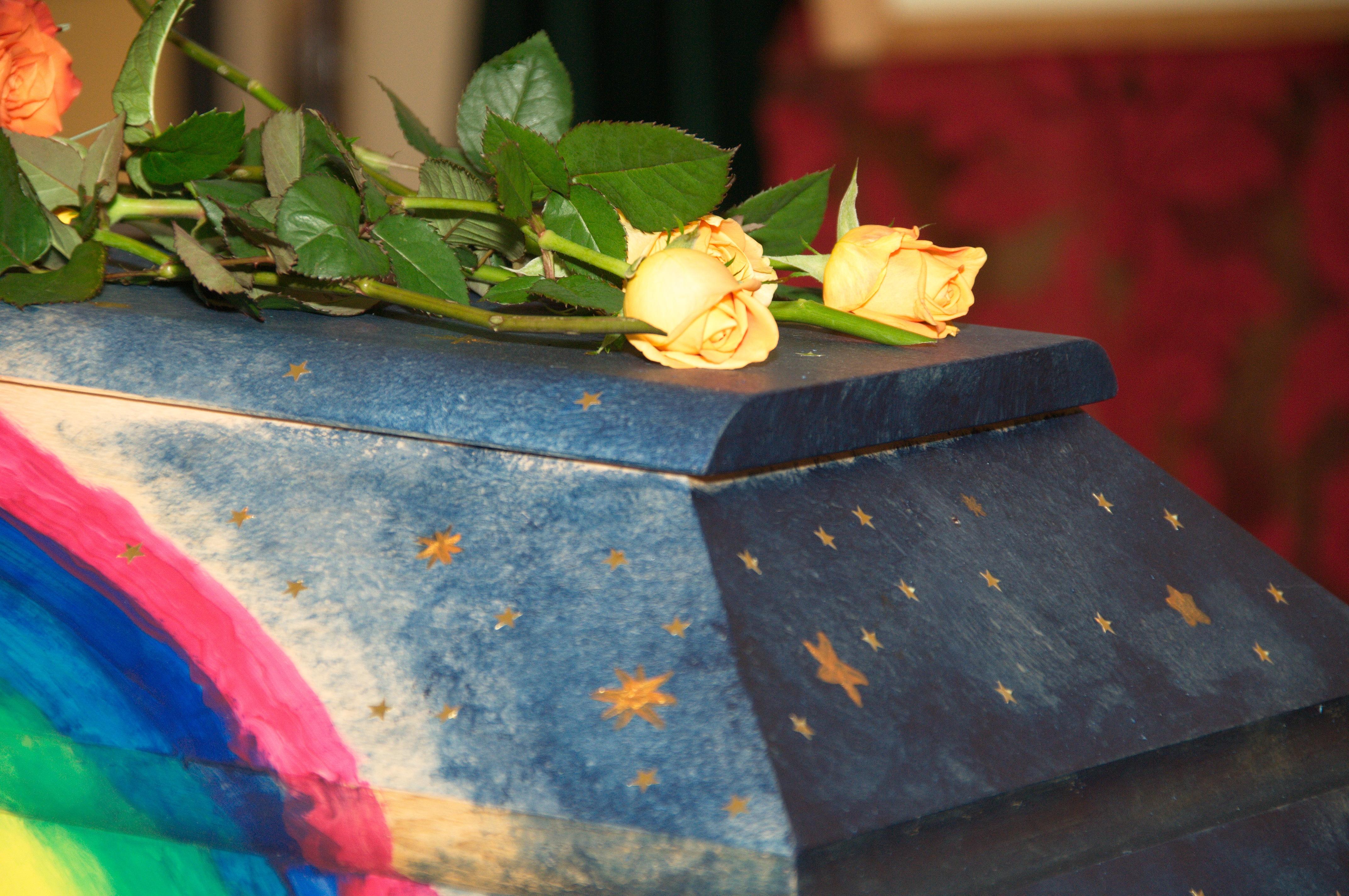 Regenbogensarg - Malen zum Abschied © Foto: Katharina Hansen-Gluschitz